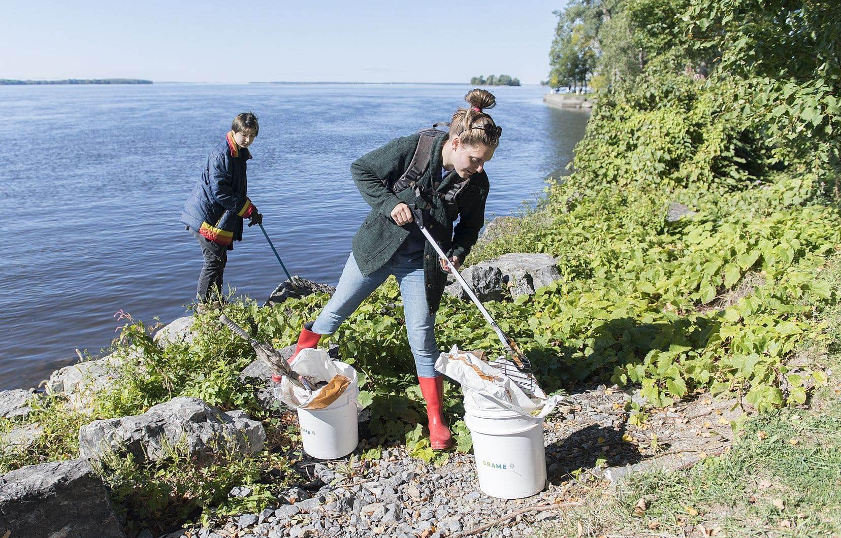 Des bénévoles, sur terre comme sous l'eau, ont retiré samedi les déchets qui encombrent le fleuve et ses berges.