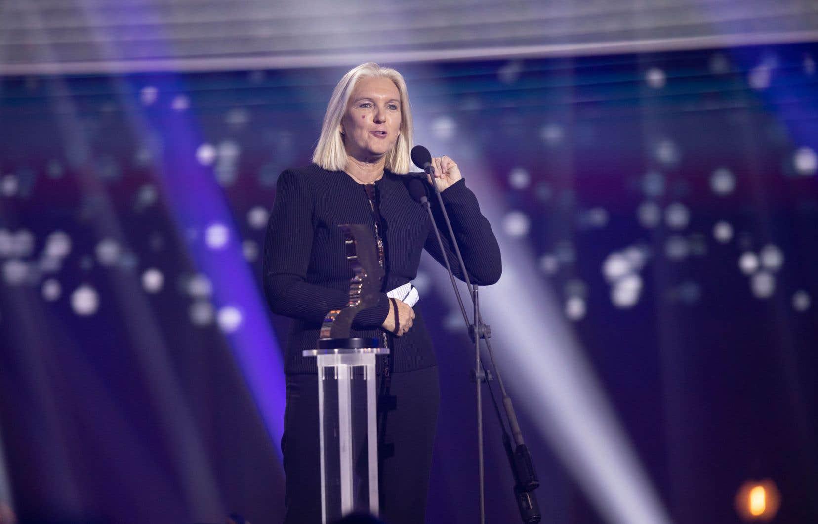 La productrice Joanne Forgues est venue récupérer le trophée de la Meilleure série dramatique pour «C'est comme ça que je t'aime», au cours d'un gala où les mesures de distanciation exigeaient que chaque projet lauréat soit représenté par une seule personne.
