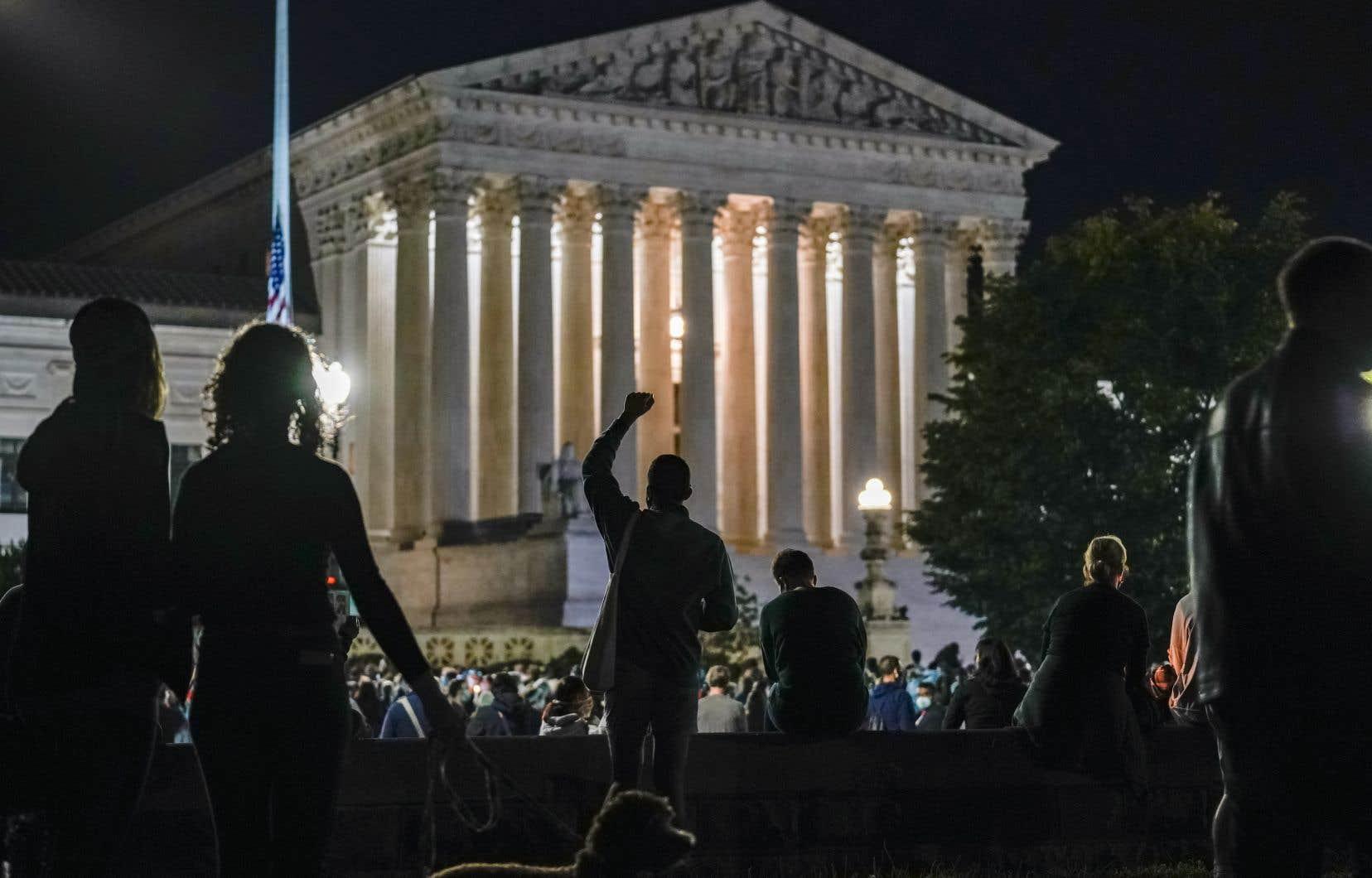 Quelques  centaines de personnes se sont spontanément rassemblées vendredi devant les  colonnes de la Cour suprême,  à Washington, pour une émouvante veillée en l'honneur de  la juge Ruth  Bader Ginsburg.