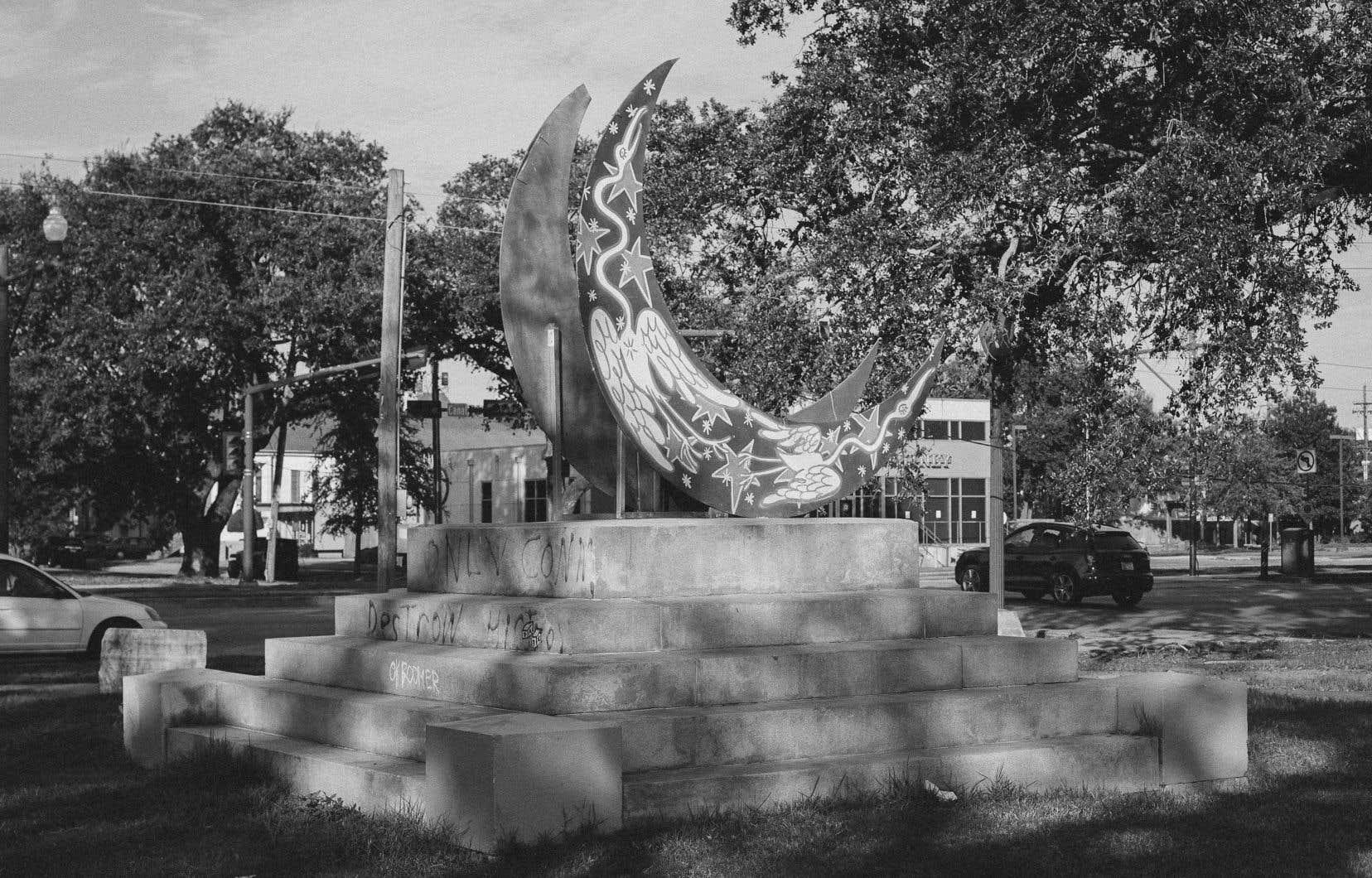 Le socle du monument dédié à la mémoire de Jefferson Davis, à La Nouvelle-Orléans. La statue a été retirée en mai 2017, à la demande du maire de l'époque Mitch Landrieu, au même moment que plusieurs autres statues controversées de la ville. D'autres sculptures y sont depuis apparues, comme ce croissant de lune.