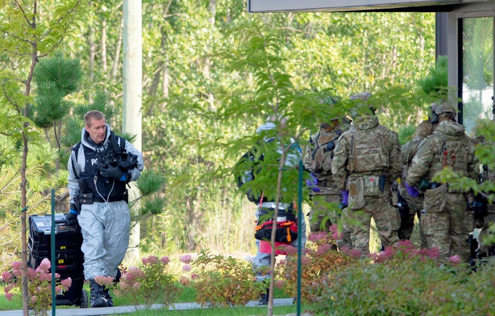 Les policiers ont entrepris une perquisition, lundi à 10h, dans un appartement d'un édifice de 70 logements situé sur le boulevard Vauquelin, à Saint-Hubert, à la demande du FBI.