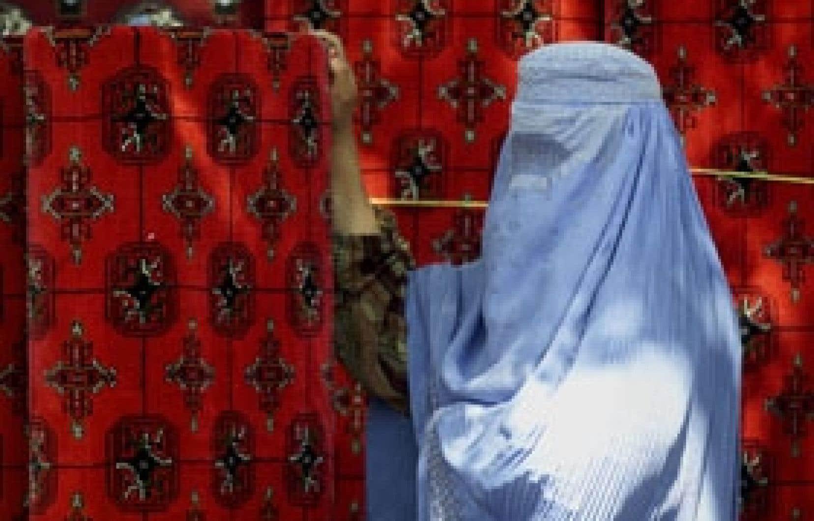 La Marocaine Faiza M. a affirmé qu'elle n'était pas voilée quand elle vivait au Maroc et a indiqué «qu'elle n'a adopté ce costume [qu'on voit porté ici par une Afghane] qu'après son arrivée en France, à la demande de son mari».