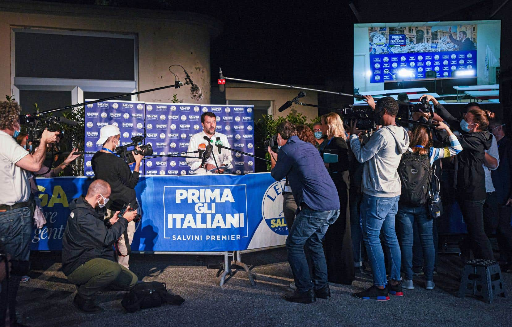Les élections régionales constituaient aussi un test de popularité chez les ténors de l'extrême droite: Matteo Salvini, l'ancien ministre de l'Intérieur qui cherche à conserver son leadership contesté à la droite de la droite, et la cheffe de Fratelli d'Italia, Giorgia Meloni, qui a fortement progressé cet été dans les sondages.
