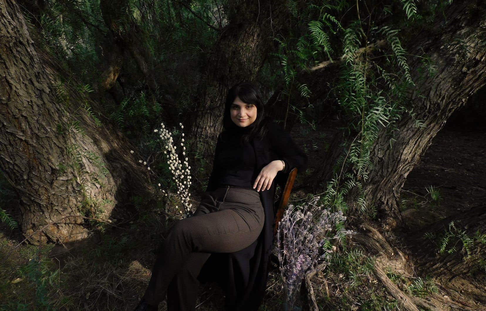 Sarah Davachi, native de  Calgary,  termine présentement son  doctorat en musicologie à UCLA et se spécialise dans les  domaines de l'organologie  et de l'expérimentalisme.