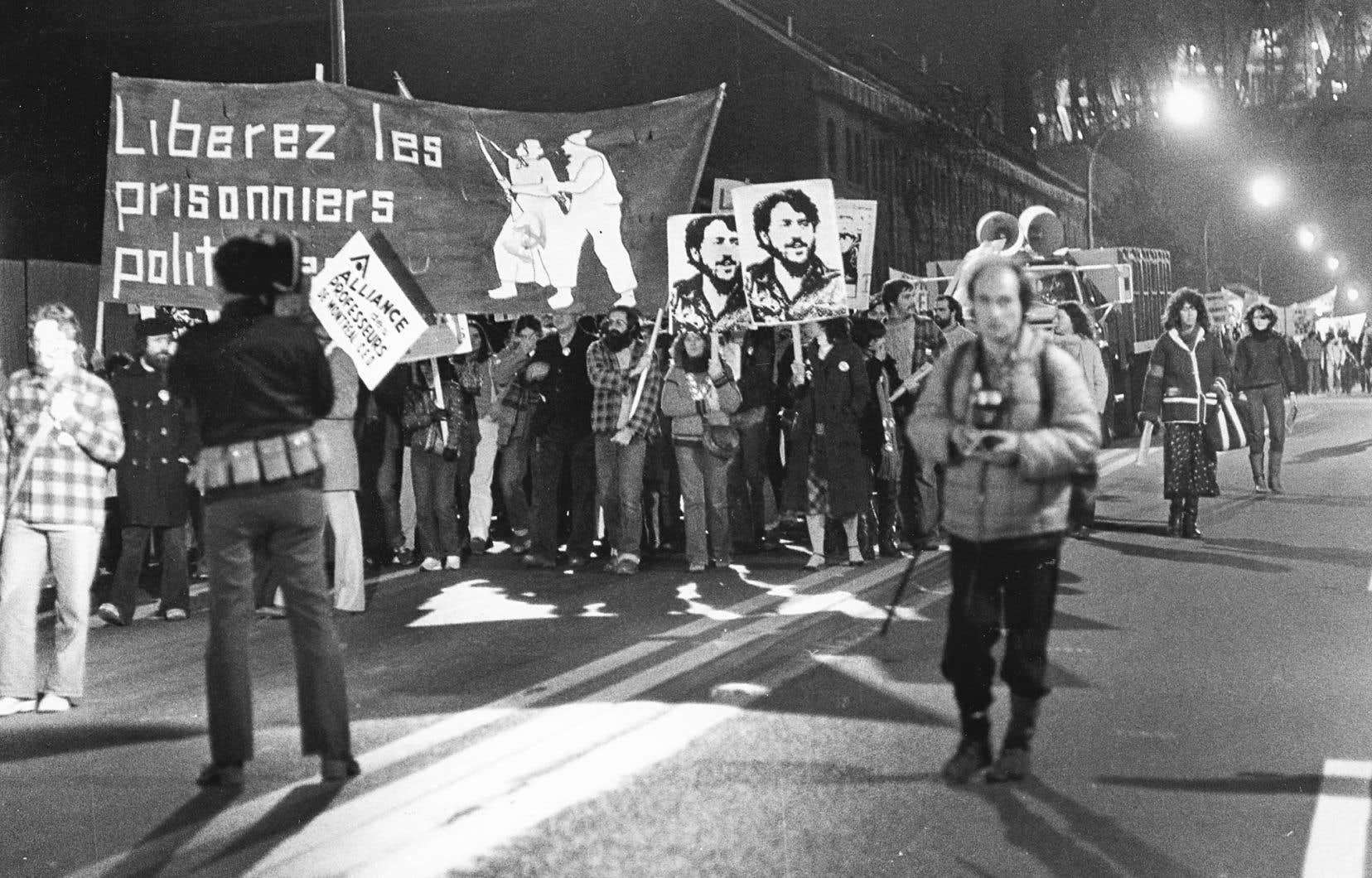 «Le FLQ fut un authentique mouvement révolutionnaire qui a rassemblé, par vagues successives, quelques centaines de militants et plusieurs milliers de sympathisants», écrit l'auteur.