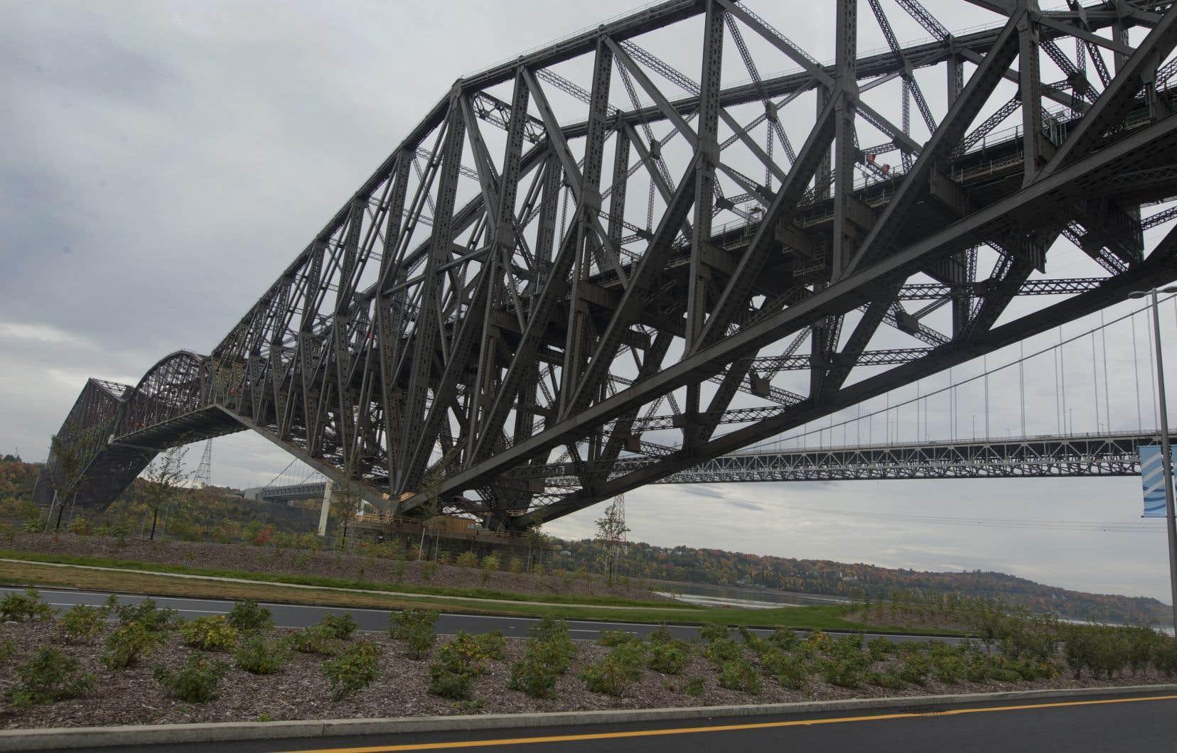 «Comme le Manège militaire, le pont de Québec représente l'âme historique de la capitale nationale du Québec», pense l'auteur.