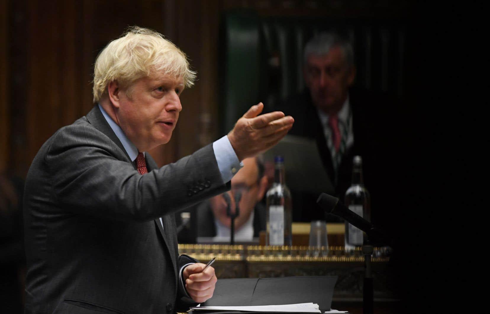 Boris Johnson a annoncé devant le Parlement une série de nouvelles restrictions pour freiner le cours de la  COVID-19, mardi.