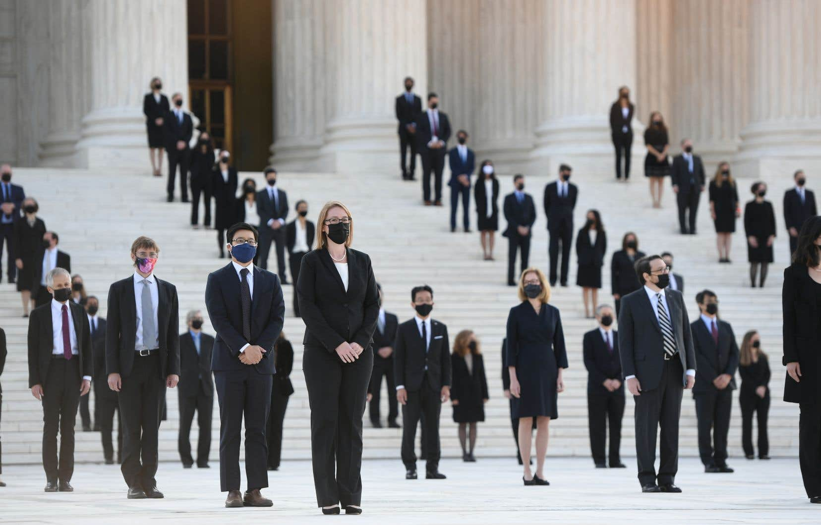 Mercredi matin, des dizaines d'employés de la Cour suprême des États-Unis se sont réunis sur les marches du plus haut tribunal du pays pour accueillir la dépouille de la juge Ruth Bader Ginsburg.