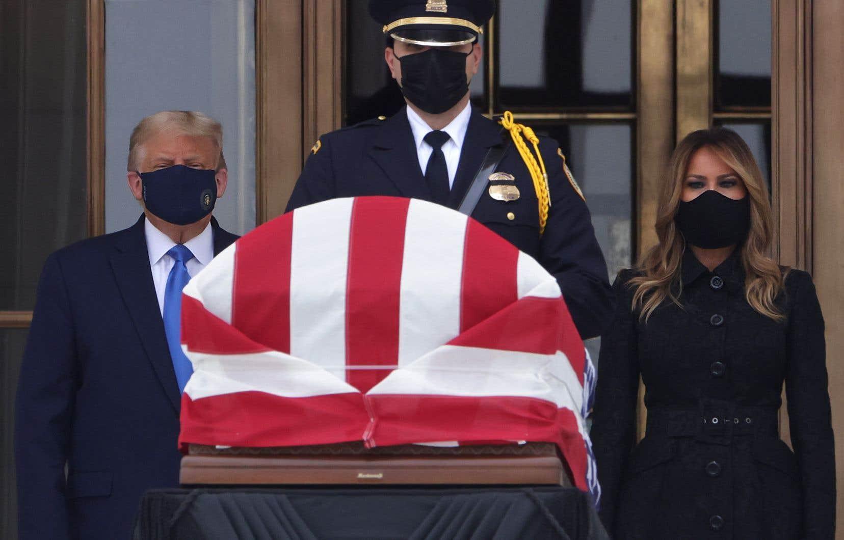 Accompagné de sa femme Melania, Donald Trump a marqué un moment de silence face à la dépouille de la juge décédée vendredi à l'âge de 87 ans.