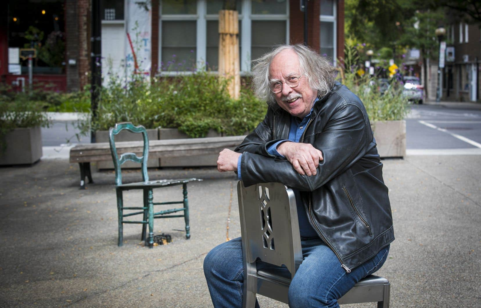 Michel Goulet à la place Roy, à Montréal, où sont installées «Les leçons singulières».