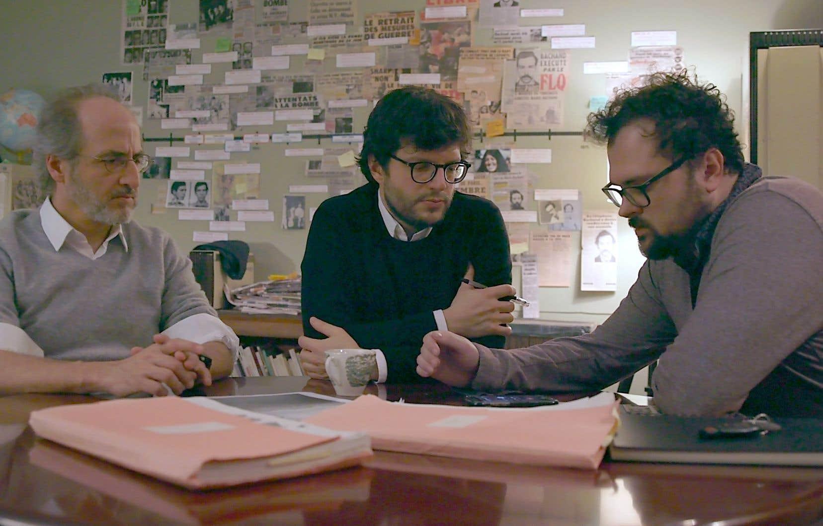 À travers six épisodes, le journaliste Antoine Robitaille (à gauche) et l'historien Dave Noël (au centre), accompagnés du documentariste Félix Rose, déplient les archives et remontent le fil du temps, sur les chemins du FLQ, depuis sa naissance en 1963 jusqu'à son éclatement, au début des années1970.