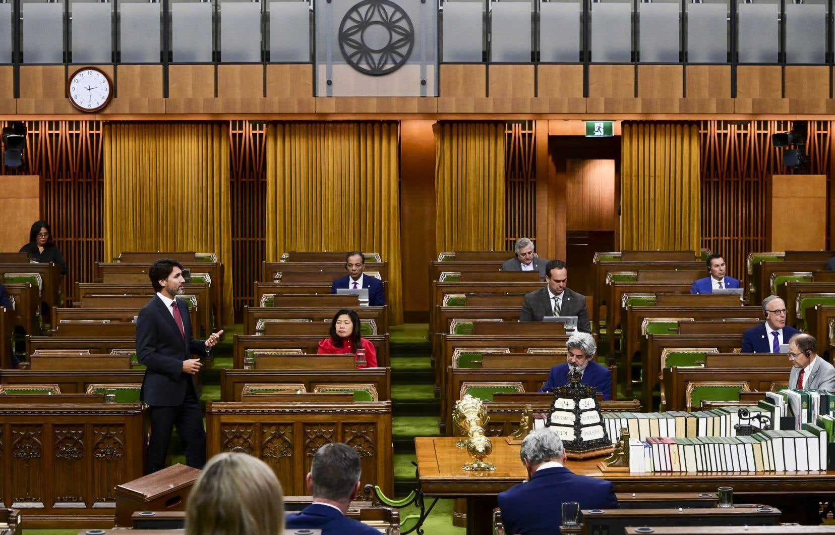Le premier ministre, Justin Trudeau, a répondu aux questions des partis de l'opposition jeudi, au lendemain, de la lecture du discours du Trône. Comme on peut le constater sur la photo, le nombre de députés en Chambre est restreint en raison des mesures sanitaires.