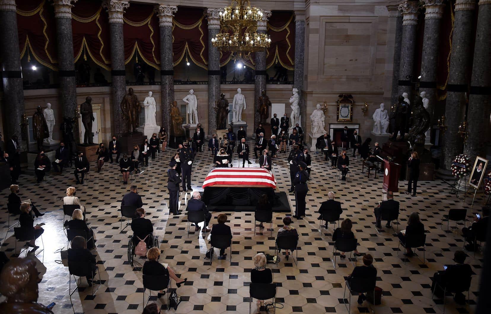 Ruth Bader Ginsburg est la première femme à recevoir ce niveau d'hommage («<i>to lie in state</i>») au Capitole, et la première personne de confession juive.