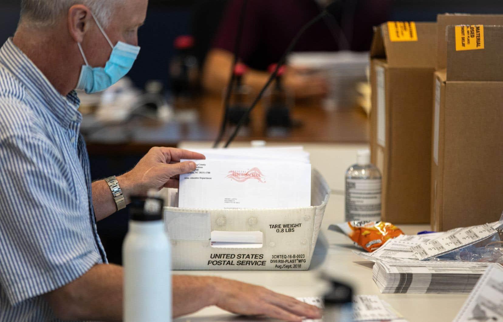 Le vote par la poste désavantage surtout les minorités, plus enclines à voter pour les démocrates, car leurs bulletins sont plus souvent rejetés par les autorités électorales que pour les autres.