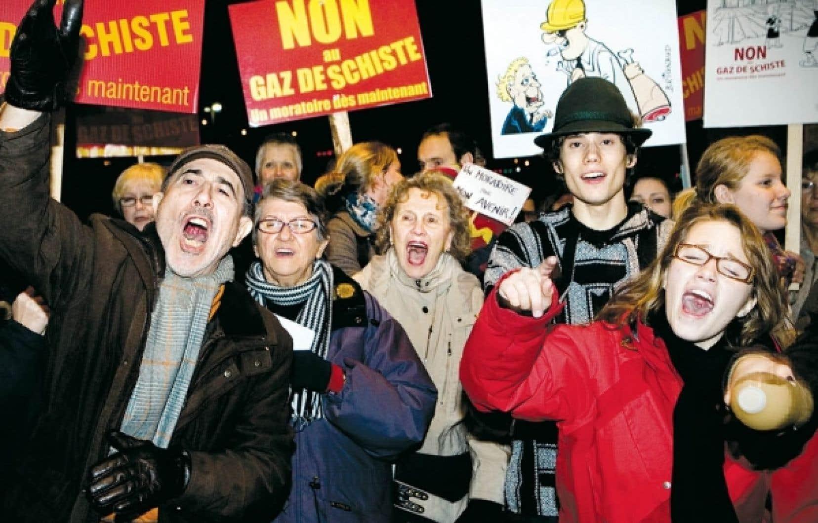 Des dizaines de personnes manifestaient contre l&rsquo;&eacute;closion de la fili&egrave;re des gaz de schiste, en octobre dernier, en marge des consultations du Bureau d&rsquo;audiences publiques en environnement (BAPE) sur le d&eacute;veloppement durable de cette industrie au Qu&eacute;bec.<br />