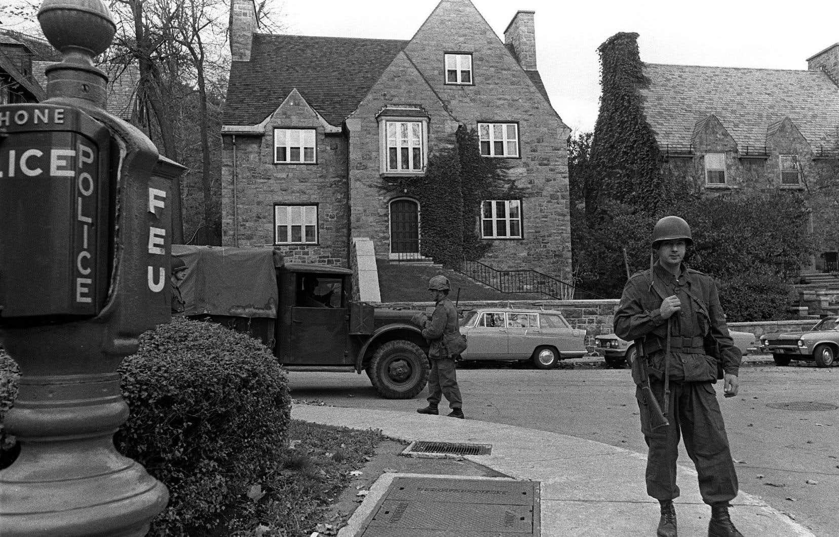Des soldats montaient la garde, le 16 octobre 1970, devant la résidence montréalaise du diplomate britannique James Richard Cross, kidnappé 11 jours auparavant par une cellule du Front de libération du Québec.