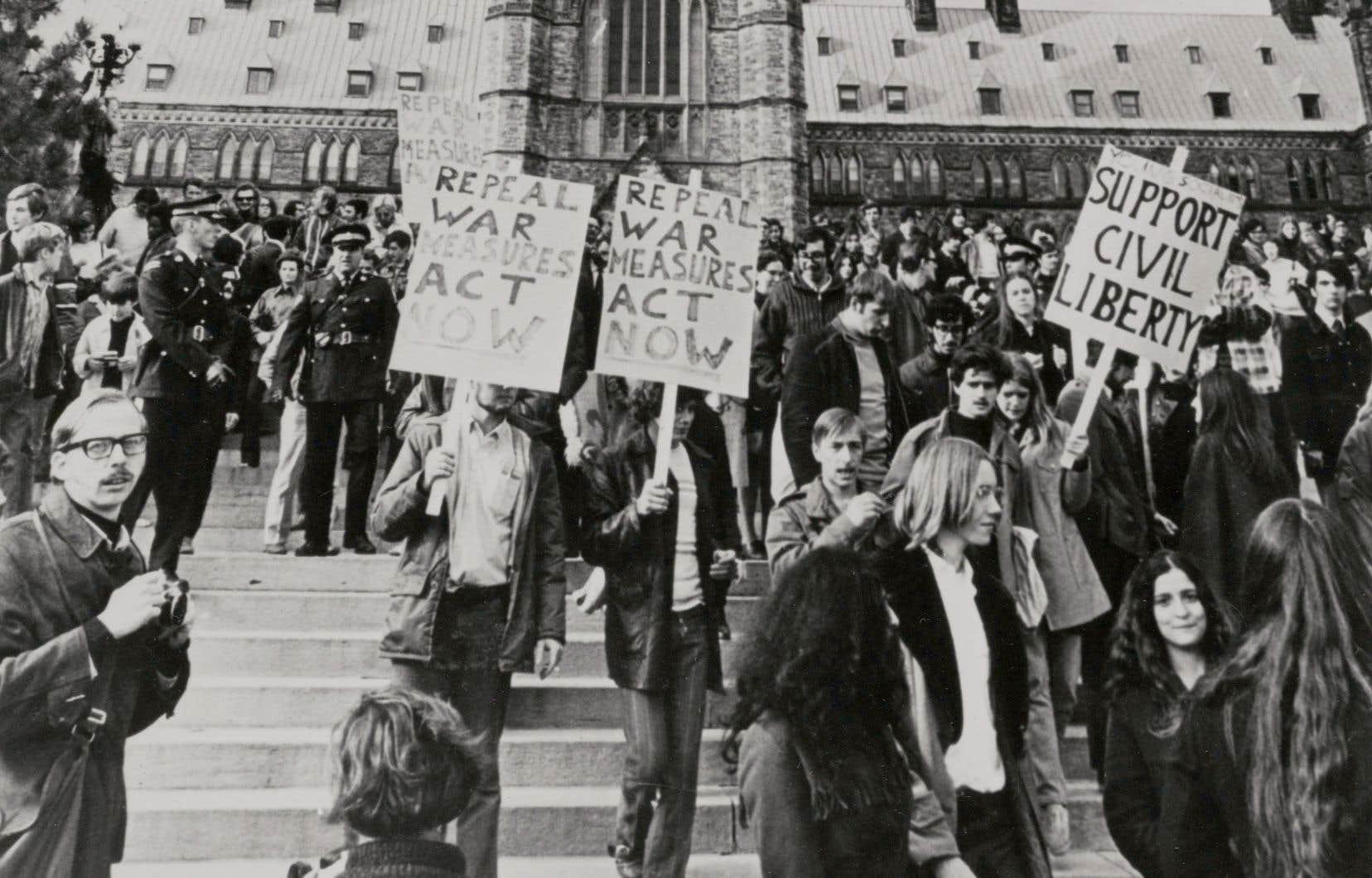 Manifestation contre la Loi sur les mesures de guerre, sur la Colline du Parlement à Ottawa le 18 octobre 1970