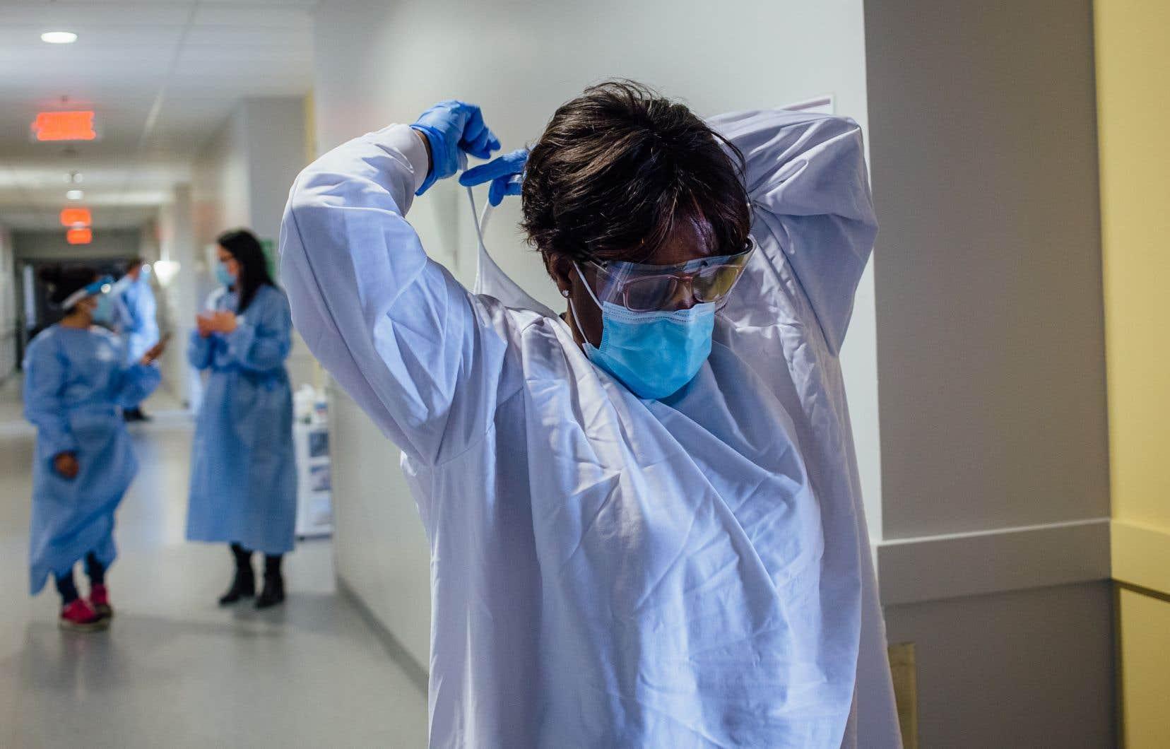 Des employés œuvrant en CHSLD ou en résidence pour aînés en attente d'un résultat de test de dépistage à la COVID-19 ne sont pas retirés du travail de manière préventive, ce que dénoncent leurs représentants syndicaux.