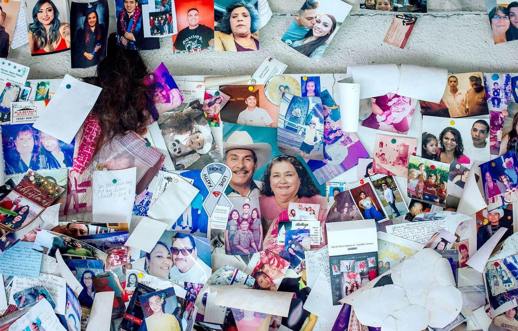 Prières écrites et photos de proches sont épinglées sur les murs du sanctuaire de Don Pedro Jaramillo, à Falfurrias, au Texas.