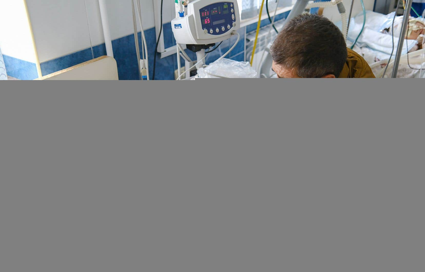 Le bilan, incomplet, du conflit en entre l'Arménie et l'Azebaïdjan s'établissait lundi soir à 95 morts, dont 11 civils: 9 en Azerbaïdjan et 2 côté arménien. Sur la photo, un père prend soin de son enfant blessé dans des bombardements survenus dans le Haut-Karabakh.