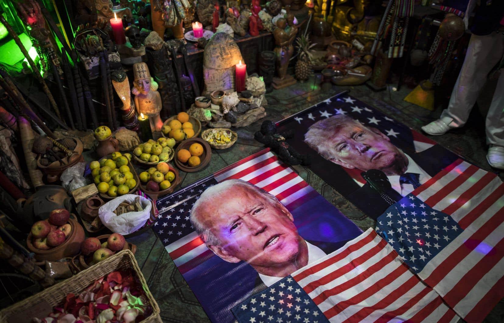 Le premier débat des chefs dans une course électorale demeure toujours un exercice périlleux pour le président sortant qui, au terme de son premier mandat, peut perdre quelques plumes dans une telle rencontre. Sur la photo, des portraits de Joe Biden et de Donald Trump aperçus lors d'un rituel shamanique, àLima, au Pérou, visant à prédire qui remportera la présidentielle américaine.