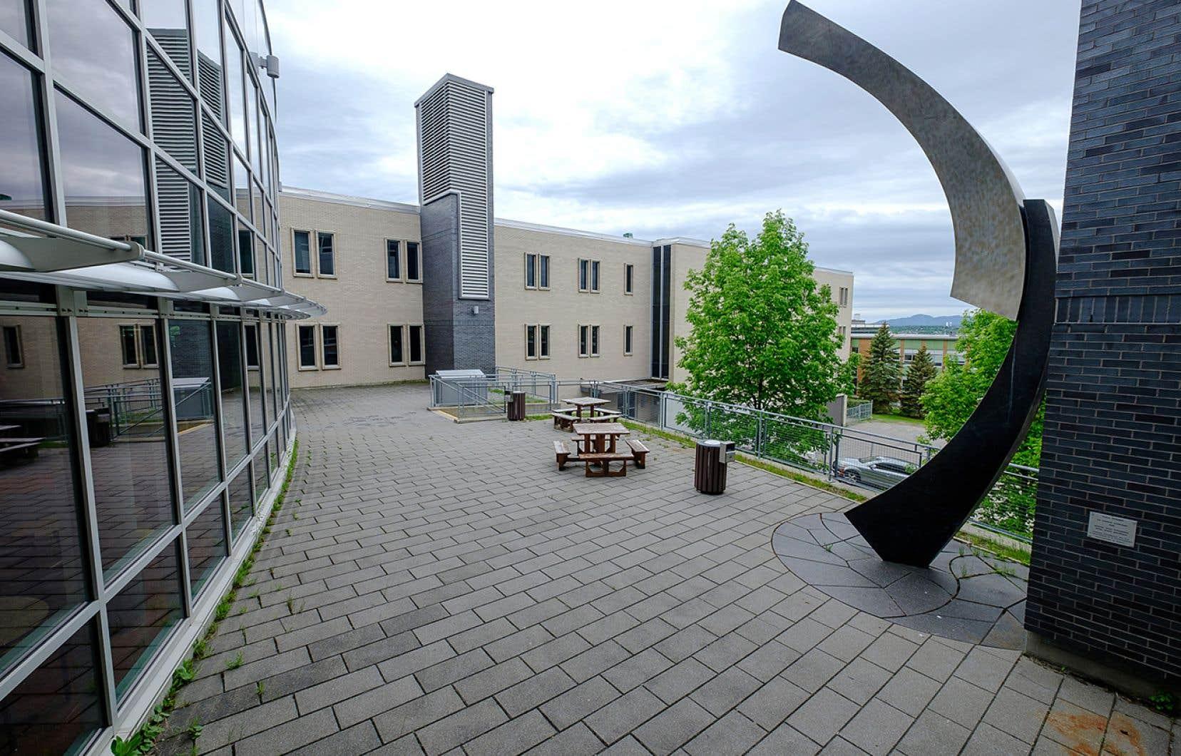 Les espaces extérieurs de l'Université de Sherbrooke sont utilisés pour accueillir les étudiants quand la température le permet.