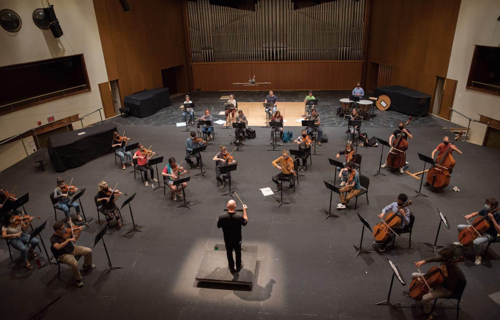 Le nouvel aménagement de la scène de la salle Claude-Champagne, à l'Université de Montréal, permet de respecter une distance d'au moins deux mètres entre chaque musicien.