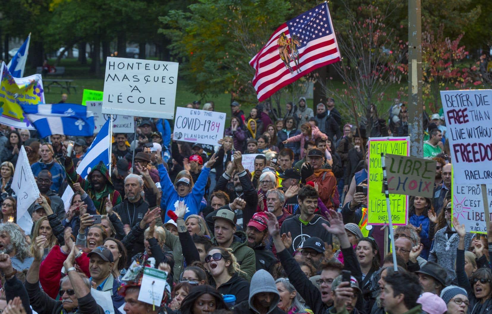 Des centaines de personnes se sont réunies au parc La Fontaine, à Montréal, mercredi soir, pour contester les mesures imposées par la Santé publique pour combattre la pandémie de coronavirus.