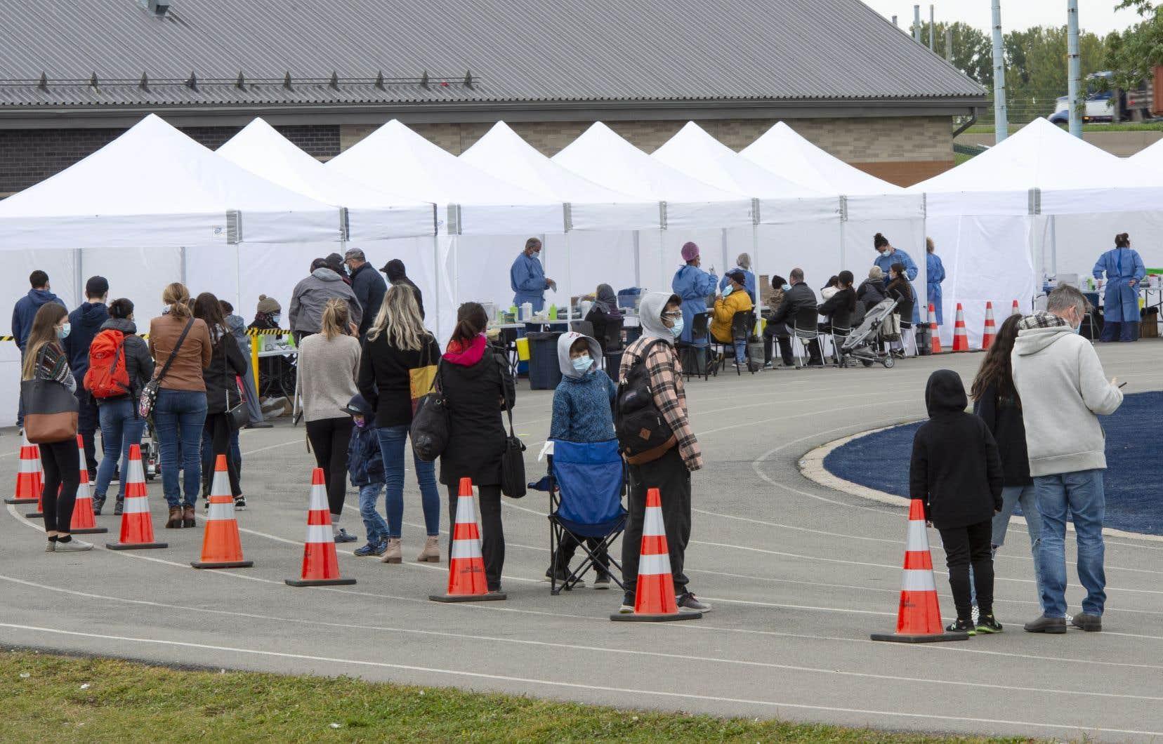 L'arrivée de nouveaux tests rapides au Canada pourrait dégager les cliniques de dépistage qui sont déjà débordées et assiégées de files d'attente énormes.