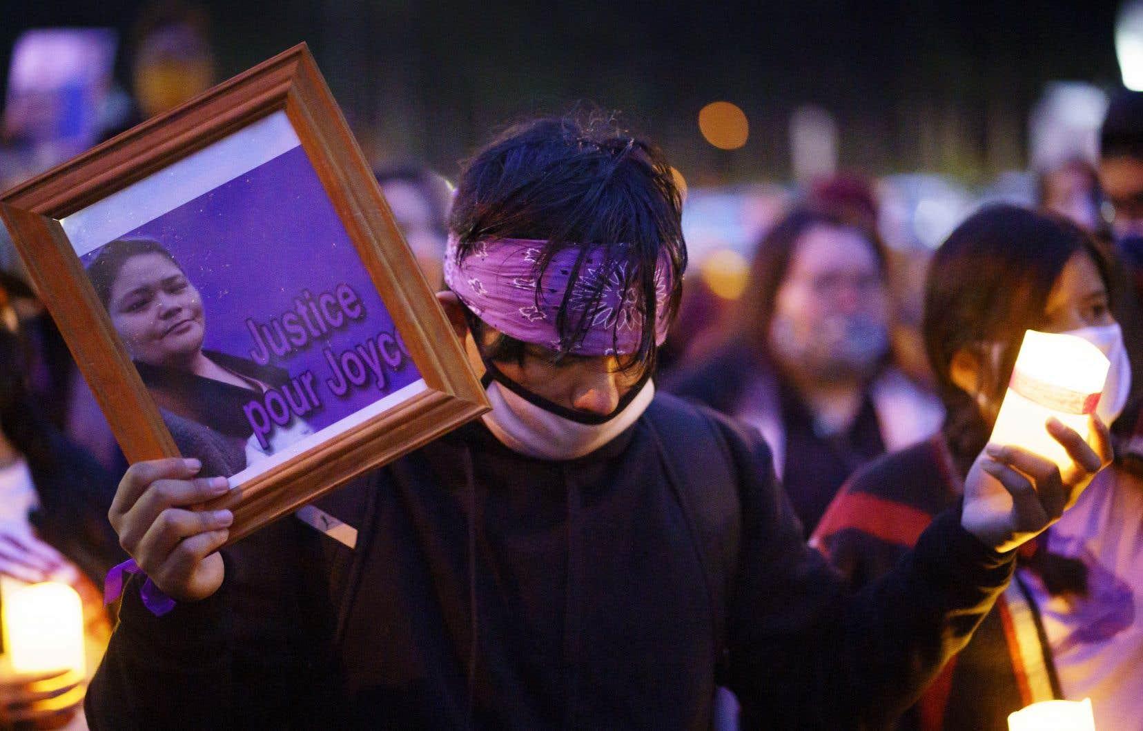 Un homme rend hommage à la mémoire deJoyce Echaquan devant le Centre hospitalier de Lanaudière.