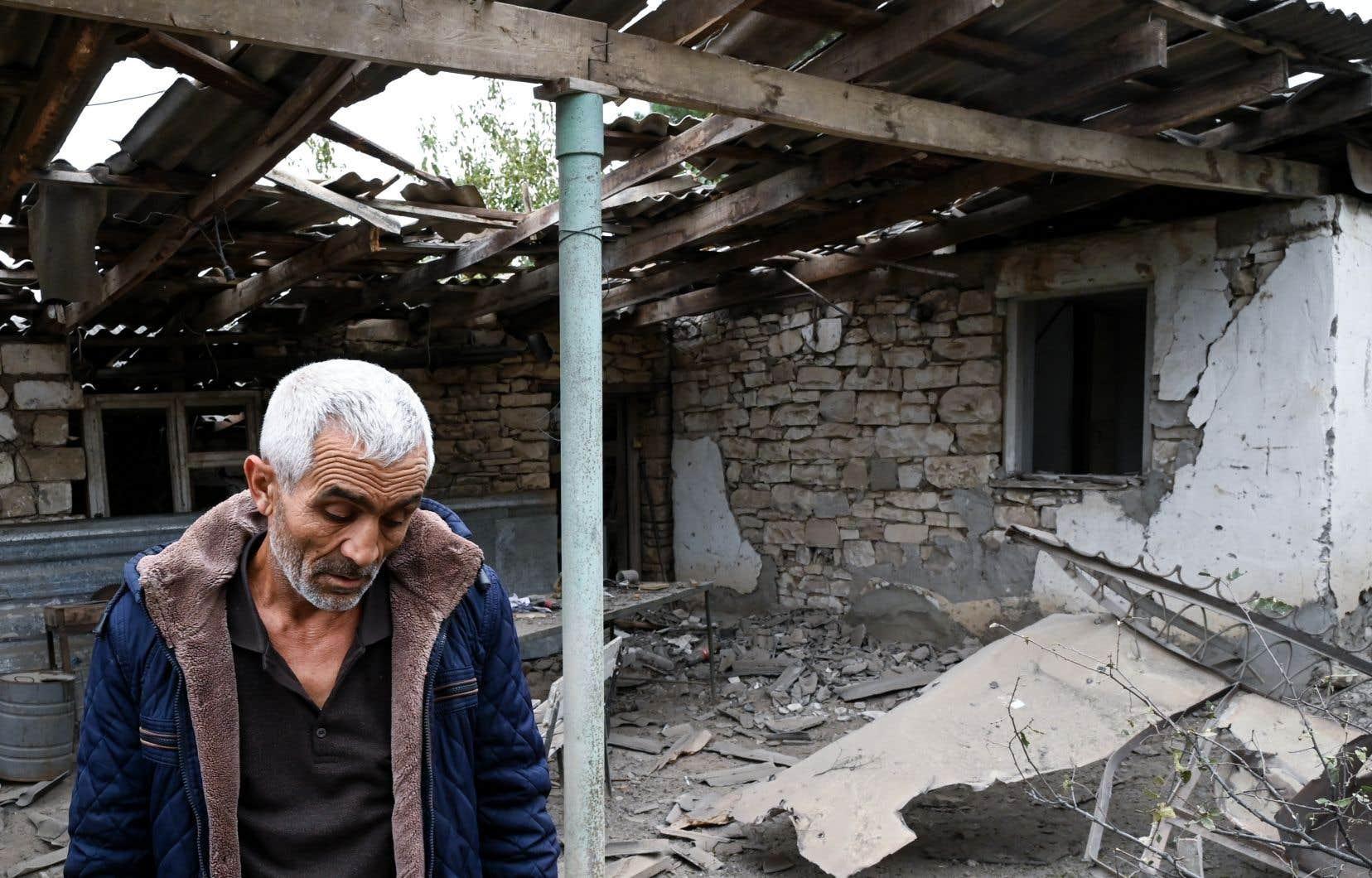 Un homme marche parmi les décombres de la maison de son frère à Martouni, dans le Haut-Karabagh.