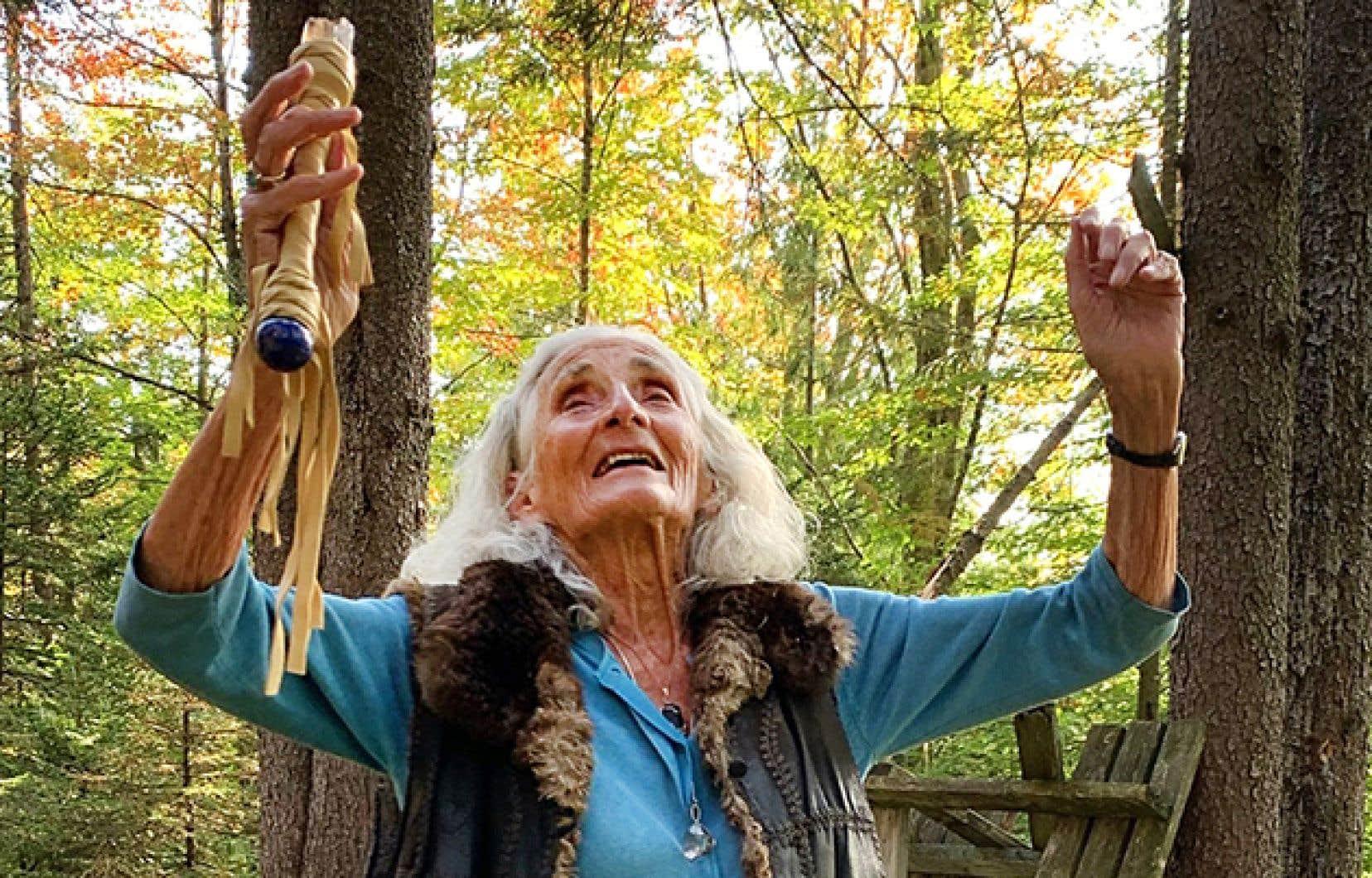 La grande manitou de 89 ans Michèle Peter interpelle l'esprit des lieux devant son cercle sacré, au cœur des montagnes Vertes.