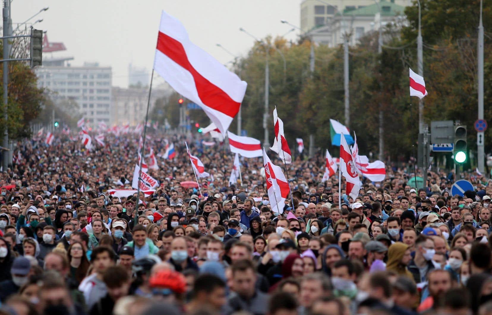 Des partisans de l'opposition défilent dans les rues de Minsk le 27 septembre 2020.