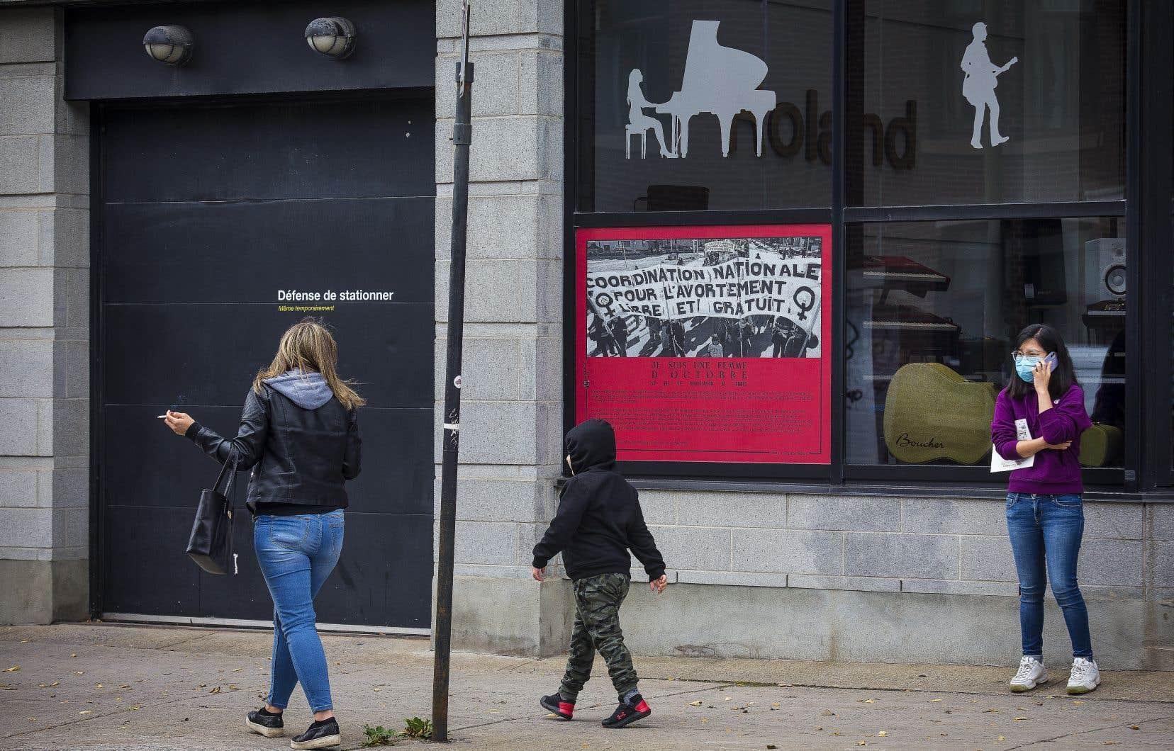 Le projet est un parcours déambulatoire de 25 photos assorties de témoignages. Au départ, la crise d'Octobre. À sa suite, cinq décennies dans les rues.