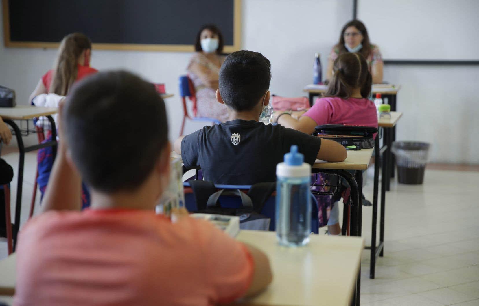 Pour limiter les éclosions dans les écoles, les directions régionales de Montréal et de la Montérégie permettent désormais aux établissements scolaires d'isoler de façon préventive une classe-bulle, avant même que l'enquête sur l'élève infecté soit complétée.