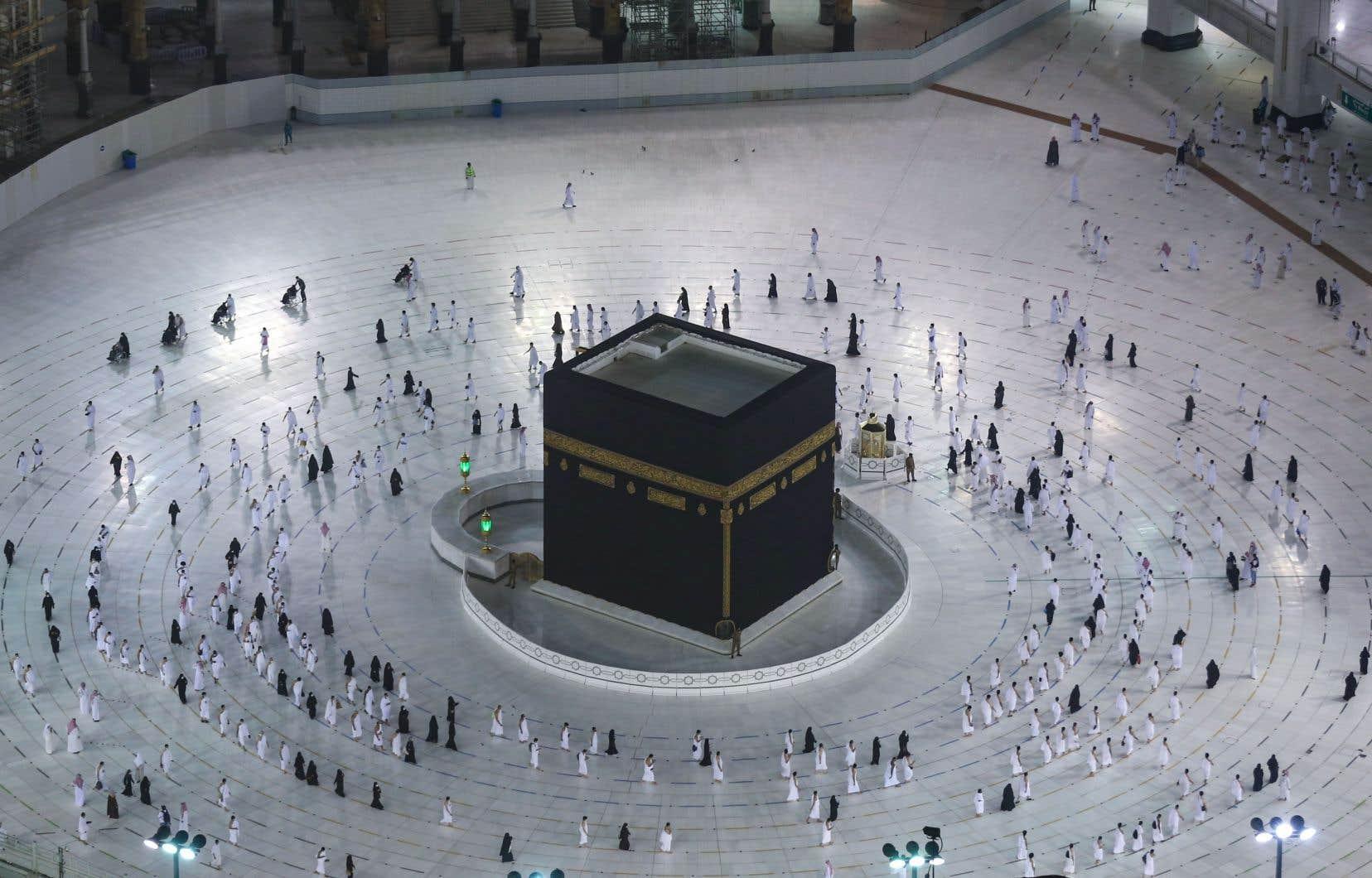 En raison de la pandémie, les autorités saoudiennes ont décidé de relancer le petit pèlerinage en trois étapes avec des mesures destinées à empêcher, comme pendant le hadj organisé fin juillet, toute contamination.