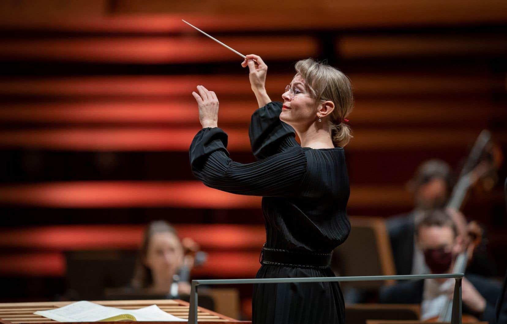 Susanna Mälkki est une cheffe élégante, sobre et compétente. Elle est aussi francophone  et réfléchie. Mais sa manière d'articuler  la musique,  sa manière d'avancer dans les phrases est majoritairement esthétisante, descriptive plus qu'agissante.