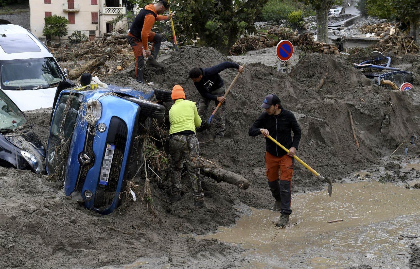 Des travailleurs extraient des véhicules de la boue à Breil-sur-Roya, au sud de la France.