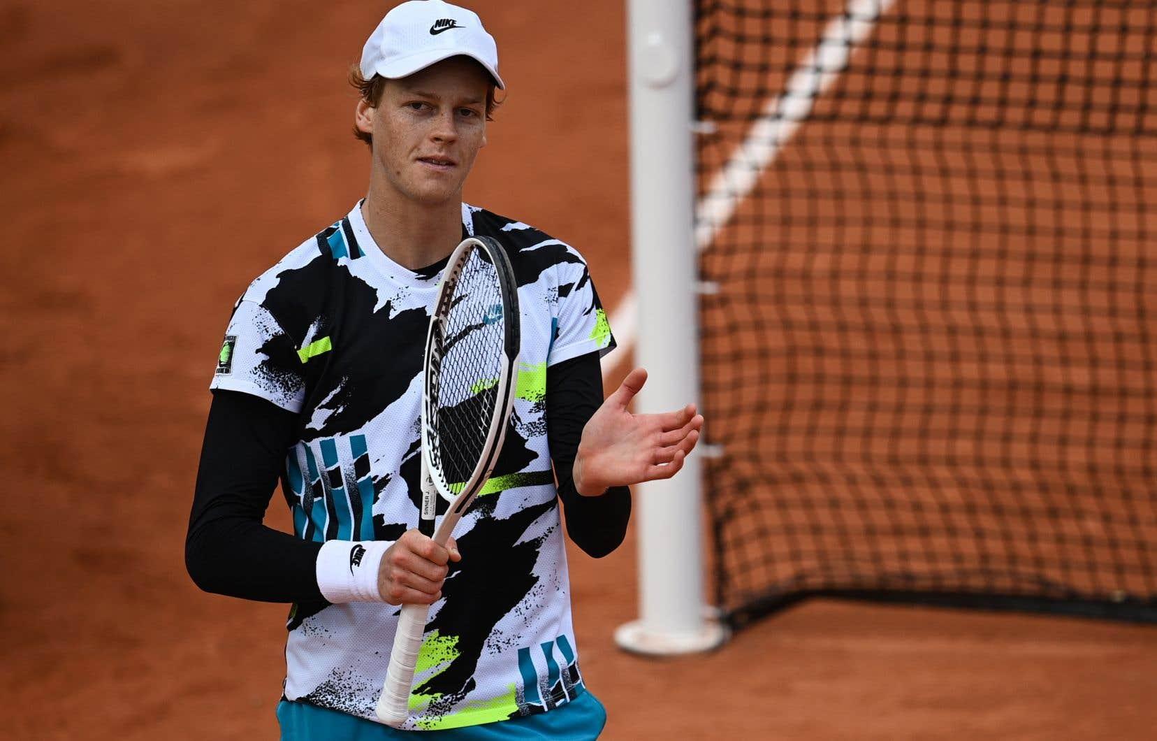 À 19ans, Jannik Sinneraccède pour la première fois aux quarts de finale d'un tournoi du Grand Chelem et il y affrontera le roi de Roland-Garros, Rafael Nadal.