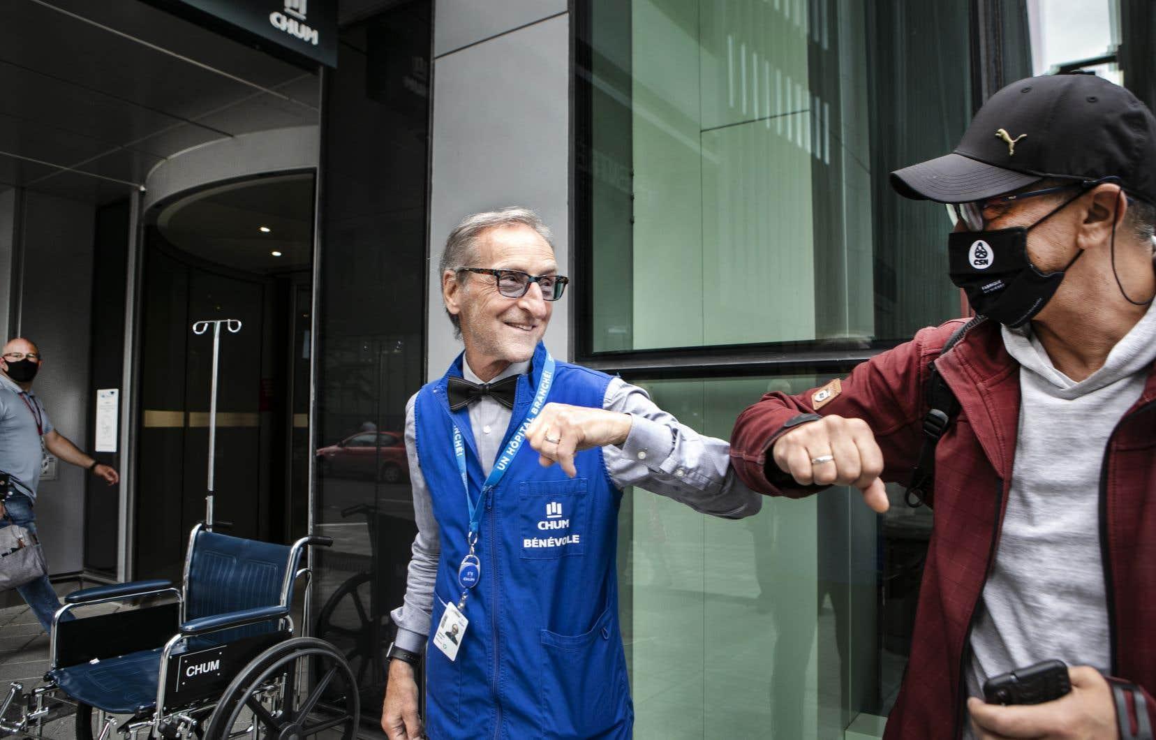 """Depuis deux ans et demi, Sylvain Larose, 67 ans, fait du bénévolat quatre jours par semaine au CHUM. «Je voulais """"redonner""""», dit-il. Même en temps de pandémie."""