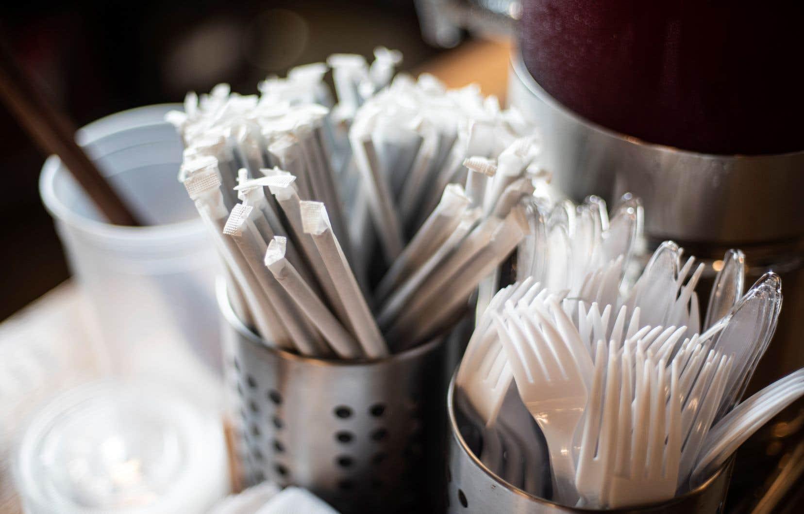 La fin approche pour les sacs, les pailles, les ustensiles et les récipients alimentaires en plastique au Canada.