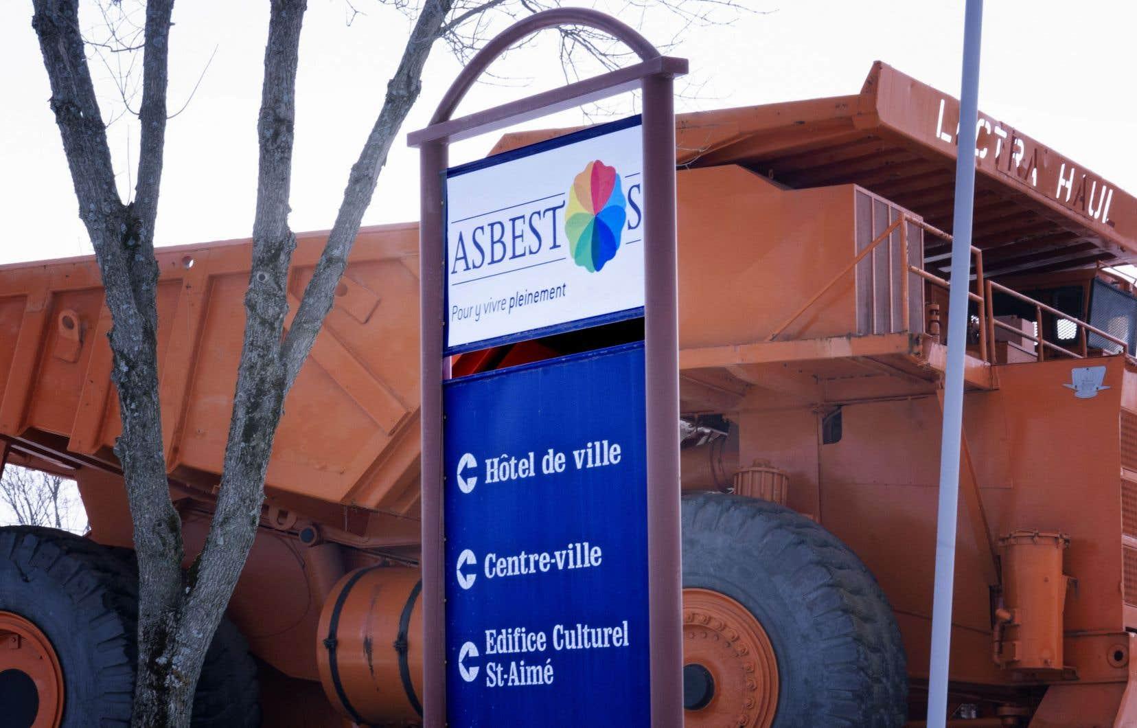 «La fermeture de la mine Jeffrey en 2012 a mis fin à l'exploitation minière à Asbestos», écrit l'autrice.