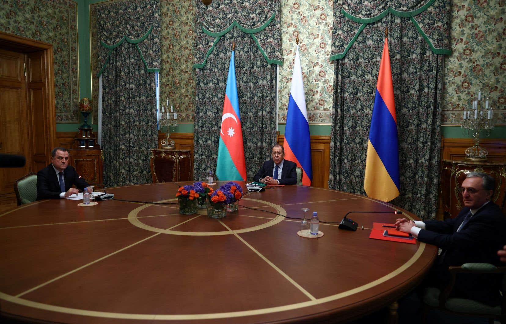 Le ministre russe des Affaires étrangères, Sergueï Lavrov (au centre),a présidé vendredi une réunion entre le ministre arménien des Affaires étrangères, Zohrab Mnatsakanyan, et le ministre azerbaïdjanais des Affaires étrangères, Jeyhun Bayramov.