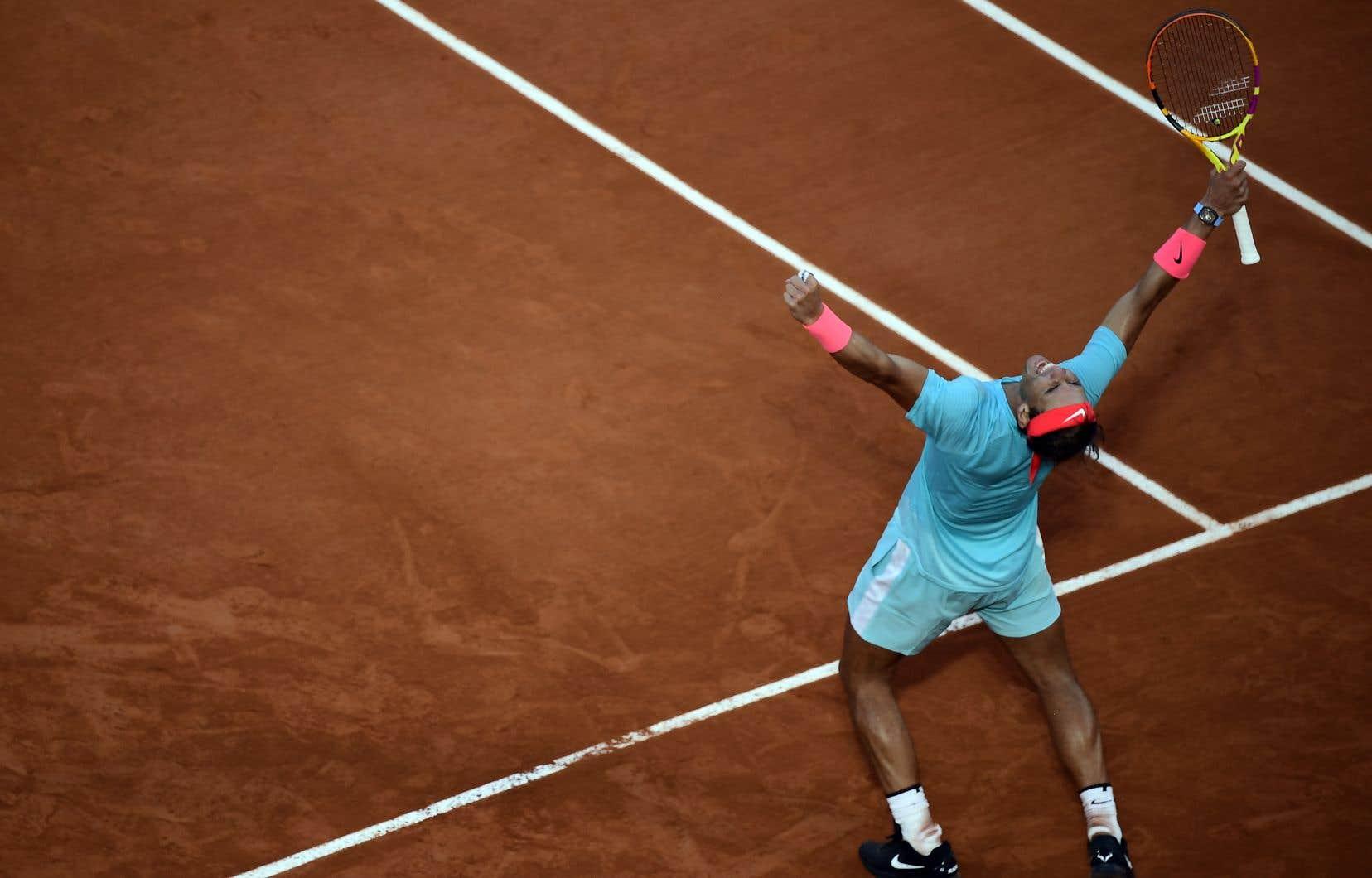 Rafael Nadal, qui a écarté vendredi en demi-finale Diego Schwartzman, affrontera Novak Djokovic, tombeur in extremis de Stefanos Tsitsipas, dans une finale qui sera forcément historique.