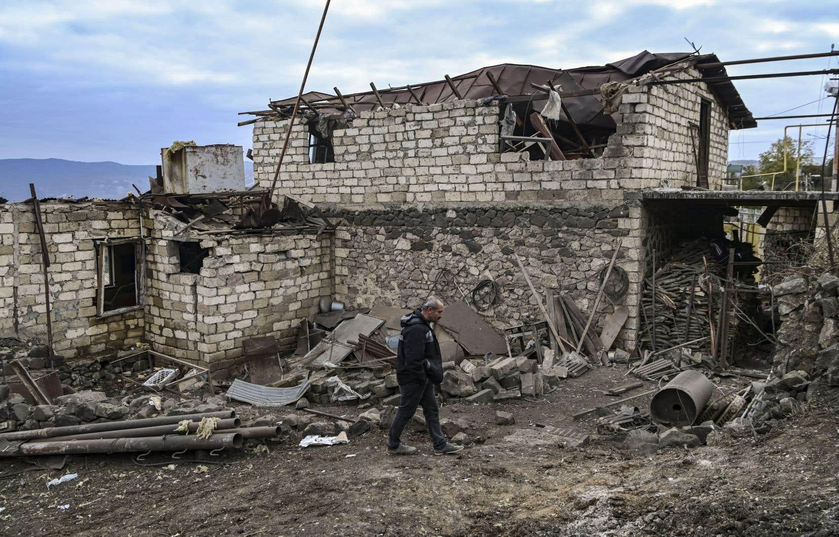 Stepanakert a été la cible d'au moins trois vagues de bombardements dans la nuit.