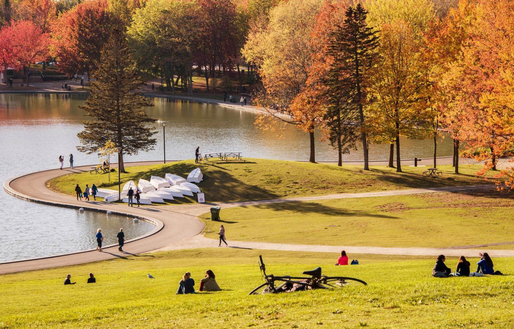 Nombre de Montréalais se sont rués dans les parcs de la métropole pour profiter du soleil pendant la longue fin de semaine de l'Action de grâce.