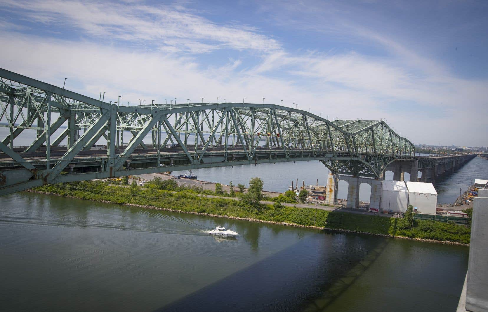 La déconstruction de l'«ancien» pont Champlain devait initialement durer trois ans, mais la pandémie a forcé la PJCCI à revoir son échéancier. Il lui a aussi fallu tenir compte de la période de fraie des poissons et des contraintes liée à la voie maritime.