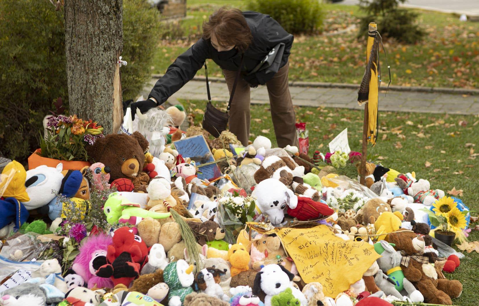 Un mémorial dédié aux deux petits garçons retrouvés morts dimanche a été érigé tout près d'un petit arbre aux feuilles jaunes devant l'église blanche de Wendake.