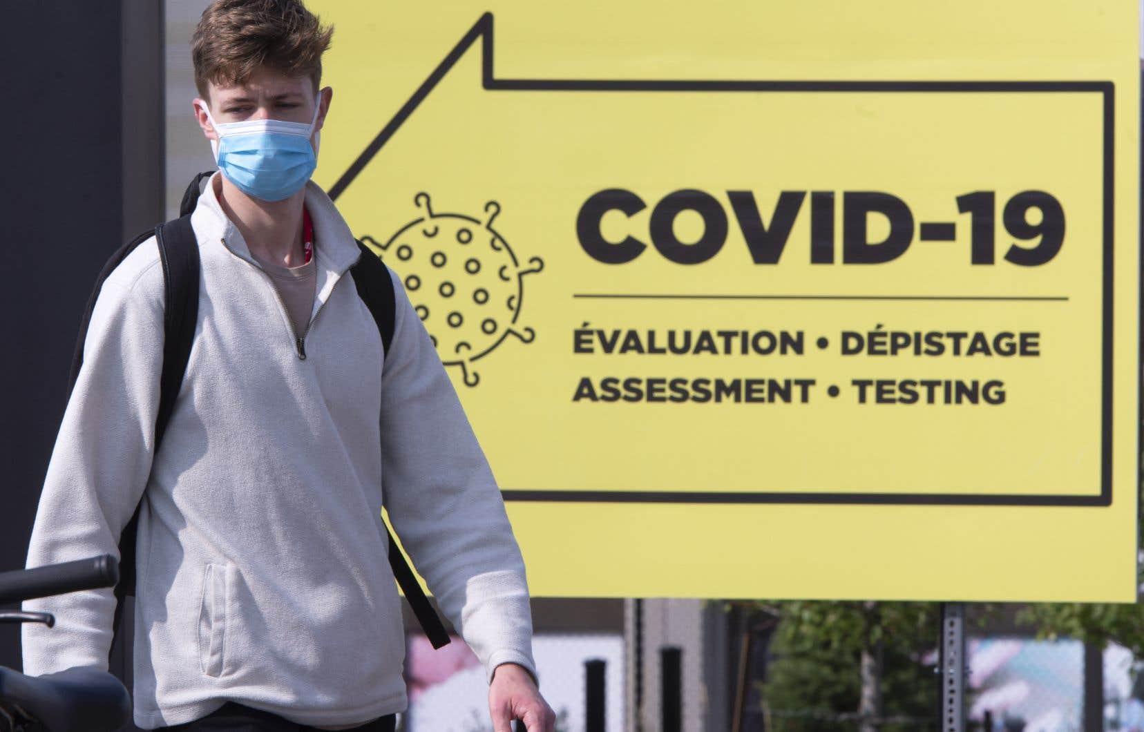 En vertu d'un arrêté d'urgence adopté par Santé Canada dans le but d'accélérer le processus d'approbation, les fabricants de vaccins contre la COVID-19 peuvent désormais soumettre leur demande avant même d'avoir complété les trois phases standards des essais cliniques visant à éprouver l'efficacité et l'innocuité de leur vaccin.