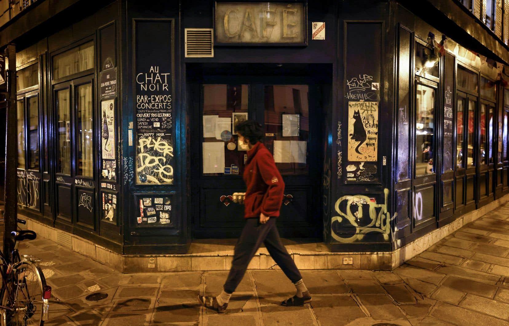 À partir de samedi à minuit, les habitants de Paris et sa région devront rester chez eux de 21 h à 6 h.